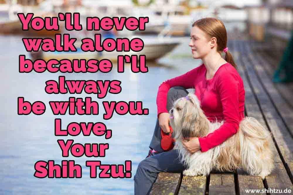 Eine Frau mit ihrem Shih Tzu am See sitzt